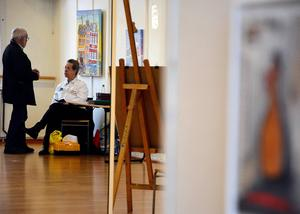 Arrangerande Rotary Fränstas Bo Bergman i samspråk med konstnären Rolf Bengtsson.