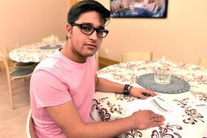 Omid Azimi. från Afghanistan, oroar sig varje dag över den rådande situationen.