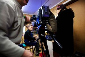 """TV-teamet består av fotografen Christian Barthez och reportern Lilian Purdom. Båda har bråda dagar att förbereda inslag om Jämtland för fransk tv med bas i Paris. Jan Melkersson har inga problem att förklara skomakeriyrket på flytande engelska. """"Jag har haft kurser i skomakeri i Bronx, New York"""", inflikar han.Foto: Håkan Luthman"""