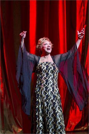 Paljetter, plymer och klackar. Loa Falkman trivs som höstens stora stjärna på Oscarsteatern.Foto: Mats Bäcker
