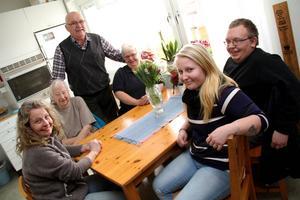 Samling i köket - med döttrarna Agneta Tjärnlund och Yvonne Broberg på varsin sida om mamma Else, Åke Bertils i bakgrunden, och på hitsidan bordet, barnbarnen Kalle Broberg och Mikaela Hodell.