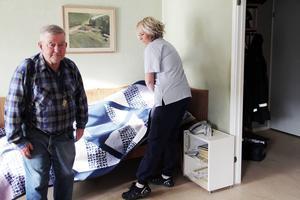 Sune Eriksson flyttade från Fullsborn till Edsbyn för fem år sedan. Här hjälper Lena Johansson från hemtjänsten honom med bäddningen.