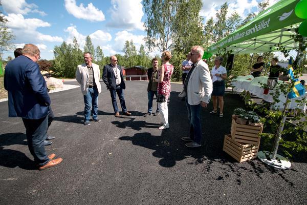 Flera lokala politiker och tjänstemän var på invigningen. Här syns Jan Johansson (M) i ljus kavaj. Bredvid honom står Per Österberg, chef på utbildnings- och fritidsförvaltningen. Marino Wallsten (S), kommunalråd, pratar med Carina Färm.