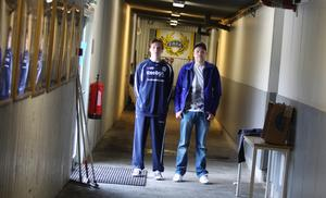 Jakob Persson och Vesa Jaakkola har målvaktskoll.