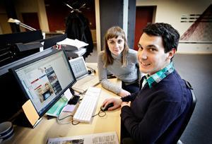 """Webbredaktörerna Gabrielle Bäckström och Anders Trapp är de som skapat nya OP.se. I går eftermiddag kunde de andas ut när allt fungerade. Så ser ÖP:s nya hemsida på Internet ut. På förstasidan finns inte längre någon meny i vänsterkant. Den är ersatt av huvudrubriker upptill, med undermenyer som till exempel utrikes och inrikes under """"Ettan"""". De superlokala sajterna, en för varje kommun, finns högst upp. Trycker man på till exempel knappen """"Kultur &Nöje"""" så vecklar nya undermenyer ut sig under den."""