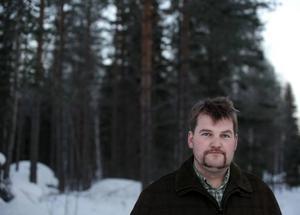 Jägare. Kalle Johansson från Jägarförbundet är för licensjakt på varg och under lördagen ger han sig ut i skogarna för att få chansen att skjuta en. Men han anser att jägarna borde ha fått skjuta fler vargar i år.
