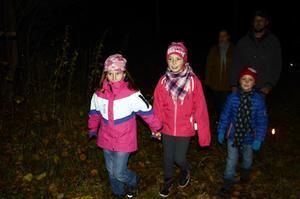 Linnea Almstedt och Ebba och Sixten Åberg tyckte spökpromenaden var bra och läskig.