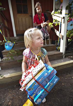 Kul. Flora Karlsson tyckte att paketet med sällskapsspel var mest spännande. Pappa Ricky och hon är nyinflyttade från Åre.