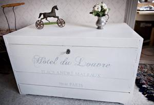 Kista med fransk adress.