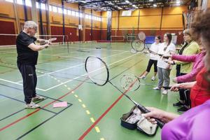 När 100 procent Östersund besöker sporthallen på Storsjöskolan är badmintonkursen i full gång.– Vi har pratat teori och badmintonens historia, sägerGunnar Hagelin som är en av instruktörerna under kursen.– Och även vart man får mestträningsverk, inflikar deltagaren Laila Hanning Sundberg.
