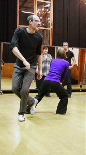 Anders Eriksson och Brita Bromée är kursledare för eleverna som lär sig med om Lindy Hop, i bakgrunden Eva Mattiasson och Mikael Aronsgård