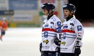 Jonas Edling och Hans Andersson murar inför ett frislag i derbyt mot Bollnäs.