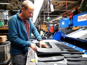 Produktutvecklaren Pål Dufva visar hur de nya formarna används för att stansa ut företagets nya produkt, skolsulor gjorda av det svinns som tidigare eldades upp.