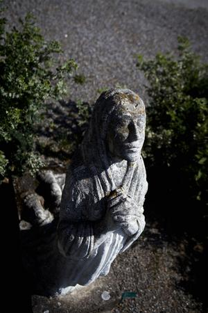 Bysten som pryder Klas Klassons grav tillverkade allkonstnären själv. Troligen föreställer det hans dotter som gick bort i unga år.
