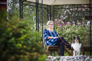 Tid för vila tar sig också Margareta Olsson, och då tillsammans med hunden Simba.
