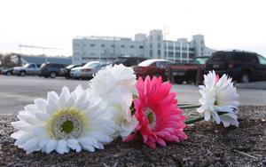 Blommor har lagts ut på marken för att hedra minnet av den polisman som sköts ihjäl på Virginia Tech på torsdagen,