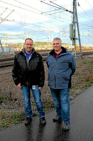 Frågande. Bengt-Olov Halldin, facklig representant för ST och Roger Hedström, facklig representant för Seko, tycker inte att det är rätt att lägga ner trafikledningscentralen i Hallsberg.