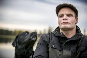 I flera år har Joakim Guvelius kämpat för att gottgöra sitt förra liv. Nu är han nykter sedan sex år och har äntligen börjat få det liv han önskar. Här tillsammans med hunden Lexus.