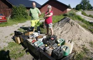 Lars Dahlin hämtar avfall hos Ingrid Israelsson som han sedan inspekterar för att kunna hantera det på rätt sätt. I hennes famn syns hundvalpen Hedda.