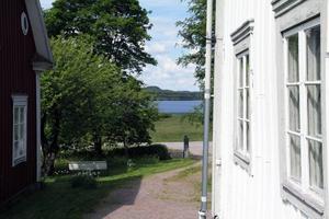 Från gården har man en vacker utsikt ner mot sjön Grängen.