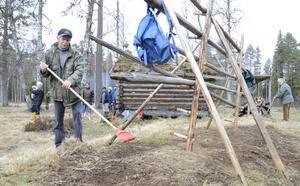 Krattar skräp. Det måste vara rent vid hässjan innan det nya höet ska torkas. Bror Johansson ordnar det uppdraget.