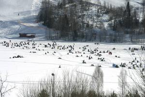 Sidsjöns is fylldes av pimpelfiskare. Vissa platser var mer populära än andra.