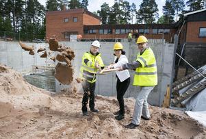 Utbyggnad av reningsverk, första spadtaget av Jonas Westman, Grytnäs projekt AB, Ulrika Liljeberg, kommunalråd Leksand, Pär Andersson, ordförande Leksand vatten.