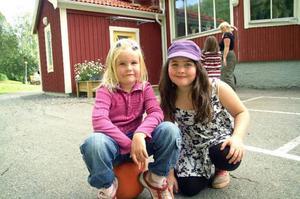 Lova Kallin, 6 år, och Vanja Vaughn, 8 år, ser båda fram emot skolstarten i Duveds skola nästa vecka. Lova börjar i föreskoleklass och Vanja i tvåan. Foto: Elisabet Rydell-Janson