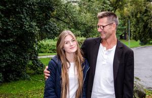 Nora Agrells pappa Jesper tror att dialog är bättre än kontroll.