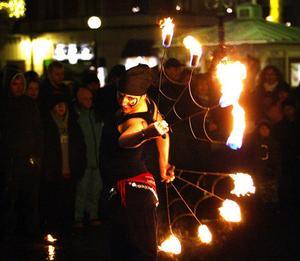 Amanda Edlund från Trams eldshowgrupp imponerade med sitt fantasieggande eldjonglerande.