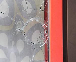 Det har vid ett flertal tillfällen slängts sten på fönster i lägenheter, villor och kommunala inrättningar i Tallnäs.