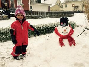 Mia Bodin i Kumla har gjort första snögubben.