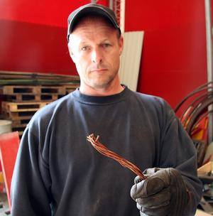 Attraktivt byte. Jan Nylander visar en liten bit av den kopparkabel som stals vid ett inbrott på hans företag, Bärke grävtjänst. Tjuven eller tjuvarna kom över koppar till värde över 20000 kronor.
