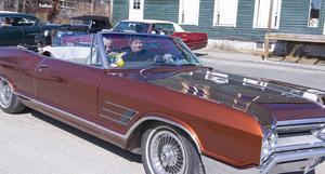 Cruising med gamla fina bilar är ett givet inslag på Kvarndagen. Sonja och Ove Salomonsson från Lillhärdal.
