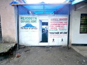 Ingången till barnhemmet i Arusha i Tanzania, där 16 barn bodde. Dörren saknade lås.