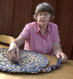 Jag har tagit lite bredare mattrasor efter en gammal madrass. Sen flätar man bara och syr fast flätan, inte alls särskilt svårt. Jag lärde mig det här i Högbo för tio år sedan och nyligen hade vi kurs och många ville lära sig, säger Eva Eriksson, från Mörtsjö.