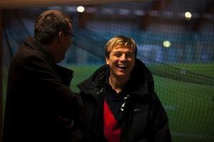 Många ville morsa på Njurundasonen och förre IFK:aren Tony Gustavsson. Här lockas han till skratt i samspråk med Håkan Stafrin.