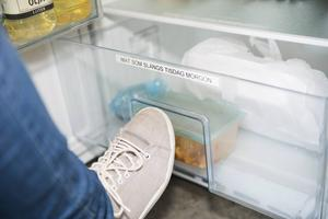 På fredagar läggs matlådor man tror är gamla i lådan längst ner i kylskåpet, de lådor som inte hämtats på tisdagsmorgon slängs.
