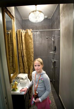 Eftersom inredningen ska komma från samma tid som huset byggdes har rummen inklusive toaletterna kristallkronor.