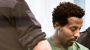 Bilden är tagen under tingsrättsförhandlingarna i Västmanlands tingsrätt då Ukbagabir var betydligt mer märkt av de skador han åsamkade sig själv efter morden.