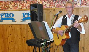 Christer Bergsten sjöng och spelade under festen.