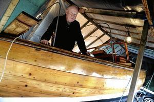 Under tak. Ola Andersson, en av de få kvarvarande träbåtsägarna, trodde att det skulle bli sjösättning i vanlig tid för hans Bohussnipa från 1951.