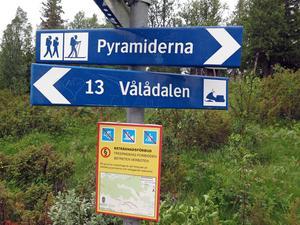 I minst tre år kommer de här skyltarna att möta besökare till Issjödalen med omnejd. Under den tiden hoppas Länsstyrelsen att vegetationen på Pyramiderna ska kunna återhämta sig.