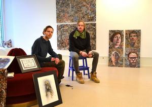Fredrik Wimmercranz till vänster och Stefan Markström ställer ut i Timrå bibliotek tillsammans.