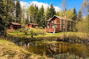Fritidshuset på Övertänger 141 ligger i närheten av sjön Askakaren. Foto: SkandiaMäklarna Falun