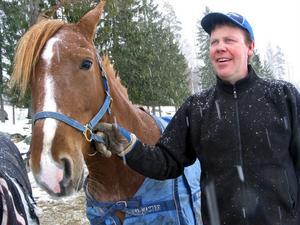 Hans Brunlöf tillsammans med stallets just nu vassaste häst Jenny R.G som startar i Dubbelcupens final på Påskafton.