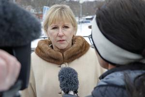 Medierna ville göra många intervjuer när ministrarna var på plats. Här intervjuas Margot Wallström.