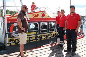 Christer Holmstrand, på besök från Stockholm, fick en förevisning av sjöräddningsfartyget Folke Östman, som utgår från Lönnångersfjärden.