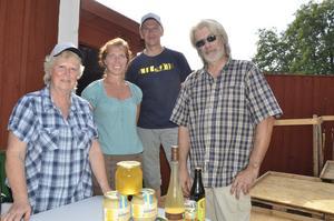 Nöjda biodlare. Agneta Nårefors från , Annika Erlandsson, Kent Evertsson och Thomas Dahl är alla biodlare.