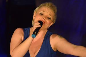 Rebecka Elliot sjöng Norges bidrag 1998, Hold on be strong.